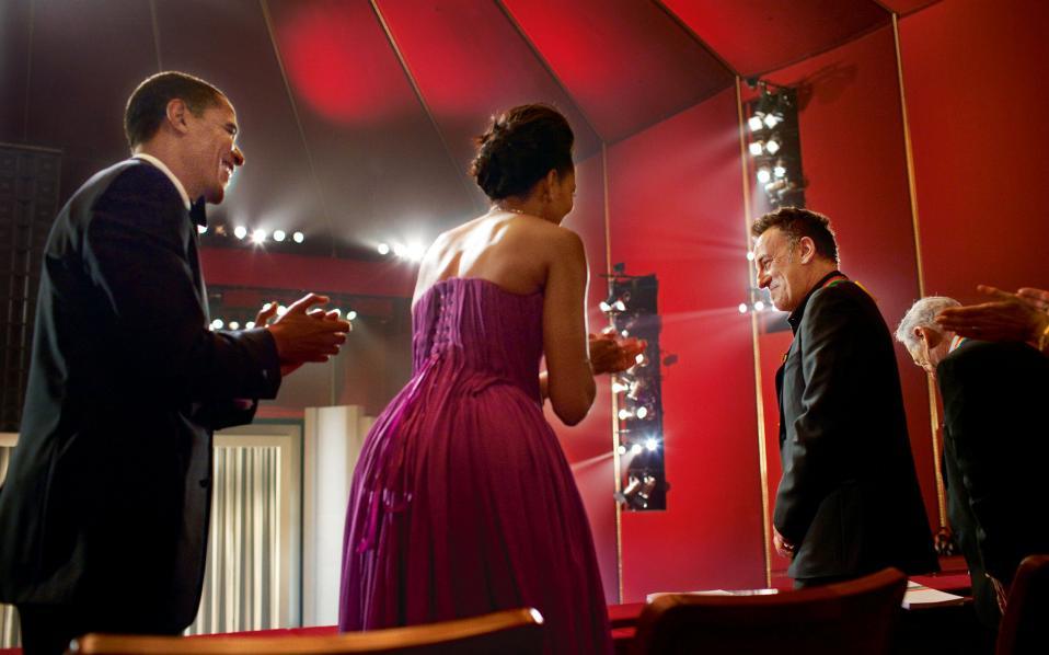 Ο Mπαράκ και η Μισέλ Ομπάμα χειροκροτούν τον αγαπημένο τους μουσικό Μπρους Σπρίνγκστιν, που έχει μόλις λάβει το βραβείο Κένεντι.