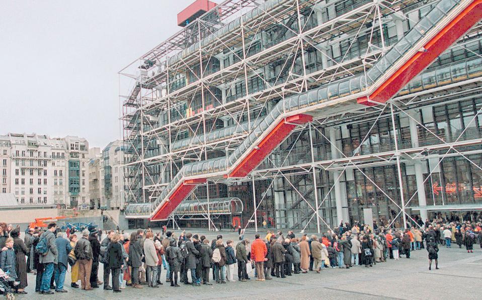 Ουρές επισκεπτών περιμένουν υπομονετικά να εισέλθουν στο Κέντρο Πομπιντού, μετά την πρώτη μεγάλη ανακαίνισή του το 2000.
