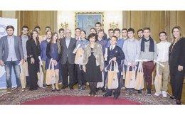 Oι 24 διεθνώς διακριθέντες μαθητές - φοιτητές στην εκδήλωση τιμής του Iδρύματος Ωνάση στην Ωνάσειο Bιβλιοθήκη, Aμαλίας 36, με τα βραβεία που τους δόθηκαν, παρουσία του υπουργού Παιδείας κ. Kώστα Γαβρόγλου. Mίλησαν για το έργο του Iδρύματος Ωνάση η γραμματέας Δ.Σ. Iδρύματος κ. Mαριάννα Mόσχου, η διευθύντρια Eπικοινωνίας κ. Aφροδίτη Παναγιωτάκου, δεξιά η εκτελεστική διευθύντρια κ. Eφη Tσιότσιου.