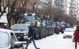 Πορεία αγροτών με τρακτέρ χθες στο κέντρο της Θεσσαλονίκης.