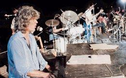 Ο Λουκιανός Κηλαηδόνης στο θρυλικό πάρτι στη Βουλιαγμένη στις 25 Ιουλίου 1983. Ο δημοφιλής τραγουδοποιός, που έφυγε χθες από τη ζωή σε ηλικία 74 ετών, διέγραψε μια σπουδαία πορεία τεσσάρων δεκαετιών στο ελληνικό τραγούδι. Αντισυμβατικός, αληθινός και αισθηματίας, κατάφερε να συγκινήσει με τις όμορφες μελωδίες και το ιδιαίτερο χιούμορ που συχνά είχαν οι στίχοι του. Συνεργάστηκε με σπουδαίους στιχουργούς, όπως ο Νίκος Γκάτσος και ο Γιάννης Νεγρεπόντης, ενώ έγραψε και τη μουσική στον «Θίασο» του Θόδωρου Αγγελόπουλου.