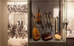 Ο Φοίβος Ανωγειανάκης το 1978 δηλώνει στο υπουργείο Πολιτισμού την πρόθεσή του να του μεταβιβάσει τη συλλογή του από λαϊκά μουσικά όργανα, αλλά και τη μουσικολογική βιβλιοθήκη του.
