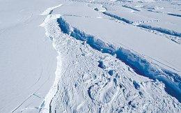 Φωτογραφία της NASA δείχνει το μήκος του ρήγματος στον παγετώνα Θουέιτς της Ανταρκτικής, τον Νοέμβριο του 2014.