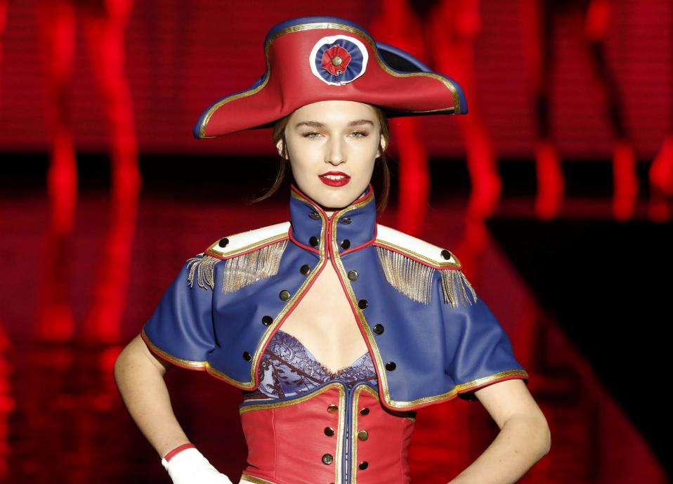 Για την τιμή της Γαλλίας. Συνεχίζεται στην Μαδρίτη  η εβδομάδα μόδας, Mercedes-Benz Fashion Week (MBFWM), με σημαντικές παρουσίες στον χώρο της μόδας. Μια από αυτές και η σειρά εσωρούχων Andres Sarda που με αυτές τις εμφανίσεις απότισε φόρο τιμής στην κοιτίδα της μόδας, το Παρίσι. EPA/ZIPI