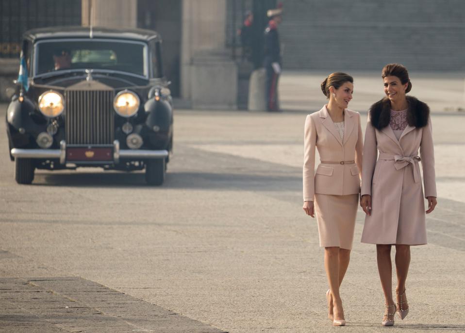 Γοητεία και εξουσία. Η βασίλισσα της Ισπανίας Letizia  και η πρώτη κυρία της Αργεντινής Juliana Awada, φωτογραφίζονται με χάρη και ντυμένες στο χρώμα της μόδας, στο Παλάτι της Μαδρίτης. Το προεδρικό ζεύγος της Αργεντινής βρίσκεται στην Ισπανία για επίσημη επίσκεψη.  REUTERS/Sergio Perez