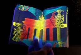 Τι είναι τούτο; Φλούο και ασφαλές, έτσι φαίνεται κάτω από υπεριώδεις ακτίνες το νέο ηλεκτρονικό διαβατήριο των Γερμανών που παρουσιάστηκε στο Βερολίνο. REUTERS/Fabrizio Bensch