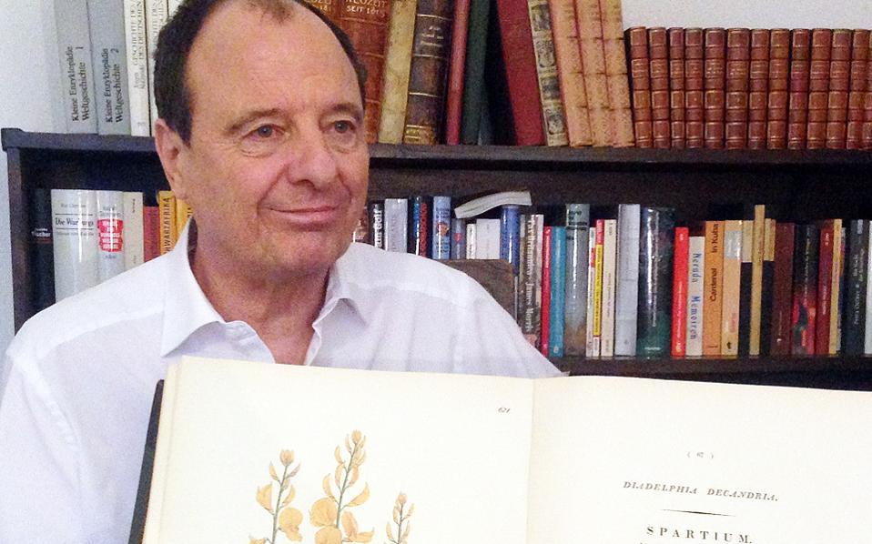 Ο Rainer Scheppelmann με τη Flora Graeca. Η νέα έκδοση του επιστημονικού εγχειριδίου βοτανικής είναι στα ελληνικά, αγγλικά και γερμανικά και περιλαμβάνει 250 γκραβούρες με φυτά.