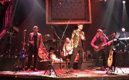 Κάτι ανάμεσα σε μουσική σκηνή και πίστα πολυτελείας, το «Hotel Ερμού» φιλοξενεί τον δημοφιλή τραγουδοποιό κι αυτός με τη σειρά του καλεσμένους όπως η Αννα Βίσση.