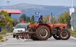 Αγρότες έκλεισαν για δύο ώρες την εθνική οδό Αργους - Κορίνθου.