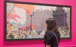Eπισκέπτρια περιεργάζεται έργο του Μπορίς Κουστόντιεφ «Διαδήλωση στην πλατεία Ουρίτσκι την ημέρα έναρξης της δεύτερης Κομιντέρν τον Ιούλιο του '20».