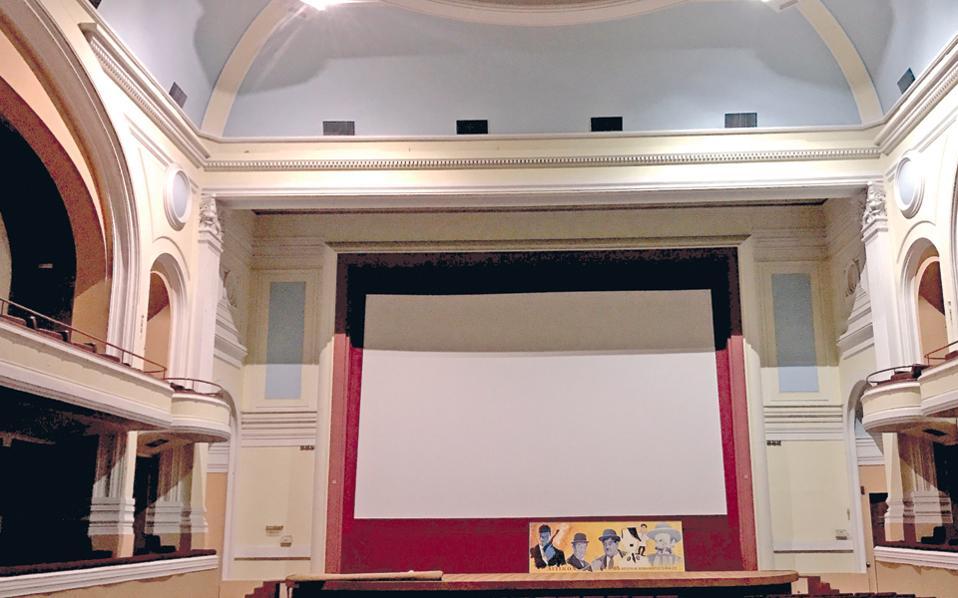 Το «Αττικόν» σε χθεσινή φωτογραφία. Η κατάστασή του είναι εξαιρετική, όπως και του κινηματογράφου «Απόλλων». Μόνο τα ωραία φωτιστικά σώματα στους πλαϊνούς τοίχους έχουν κλαπεί.