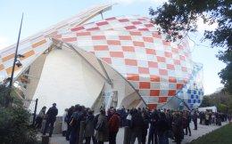 Χιλιάδες φιλότεχνοι στέκονται υπομονετικά στην ουρά, έξω από το φουτουριστικό κτίριο του Φρανκ Γκέρι, για την έκθεση «Εικόνες της Μοντέρνας Τέχνης. Η συλλογή Σιούκιν», στο Foundation Louis Vuitton στο Παρίσι. Σ' αυτήν παρουσιάζονται και έργα ρωσικής πρωτοπορίας της συλλογής Κωστάκη που είναι πλέον περιζήτητα από τα σημαντικότερα μουσεία του κόσμου, τα οποία ανατρέχουν στη συλλογή για να τεκμηριώνουν μεγάλες εικαστικές παραγωγές μοντέρνας τέχνης. Είκοσι χρόνια μετά την αγορά της για το Κρατικό Μουσείο Σύγχρονης Τέχνης στη Θεσσαλονίκη, η συλλογή Κωστάκη συνεχίζει να κάνει τον γύρο του κόσμου.