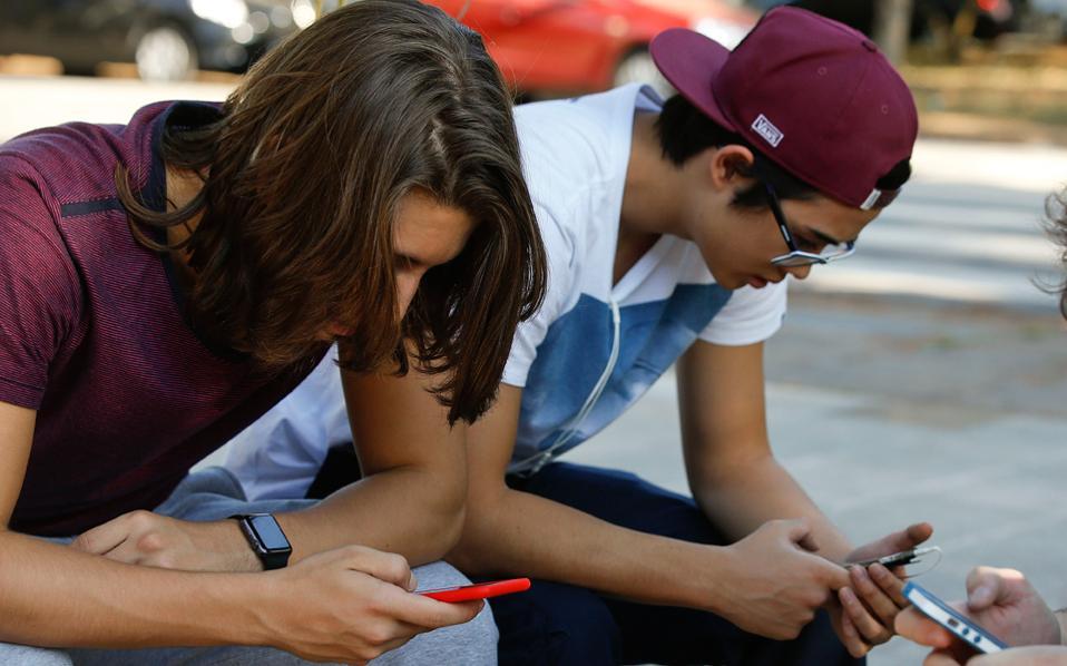 «Κακά τα ψέματα, τα παιδιά δεν αφήνουν το κινητό εάν δεν τους το πάρεις από τα χέρια», λένε γονείς και καθηγητές.