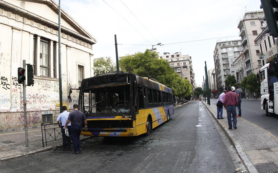 Ο εμπρησμός τρόλεϊ και λεωφορείων αποτελεί συχνή πρακτική των βανδάλων τα τελευταία χρόνια.