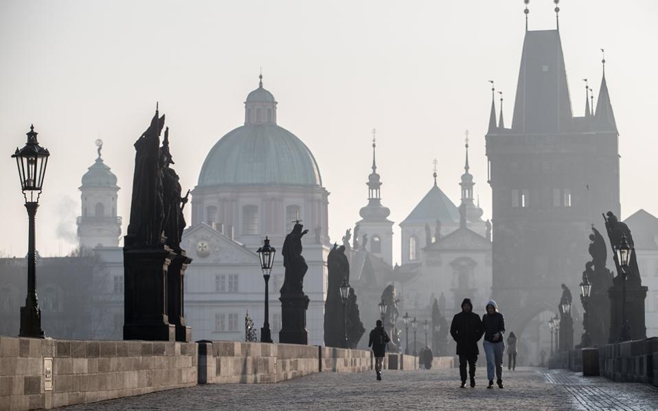 Η γέφυρα του Καρόλου στην Πράγα τυλιγμένη σε νέφος μικροσωματιδίων. Προειδοποιήσεις Κομισιόν σε κράτη-μέλη για τις παραβιάσεις ανώτατων ορίων.