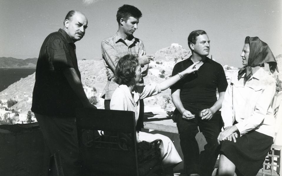 Η παρέα στην Υδρα: Αριστερά το ζεύγος Νίκου - Μπάρμπαρα Γκίκα, στη μέση ο Κράξτον και στα δεξιά το ζεύγος Λι Φέρμορ.