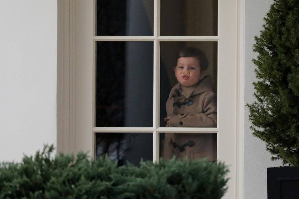 Φατσούλες. Τον παππού περίμενε ο Joseph Kushner, γιος της Ivanka Trump, να τελειώσει τις δουλειές του και να φύγουν μαζί και παρότι βρισκόταν σε ένα από τα σπουδαιότερα γραφεία του κόσμου, δεν παρέλειψε να κάνει ό,τι κάθε παιδί μπροστά σε ένα τζάμι.  REUTERS/Carlos Barria