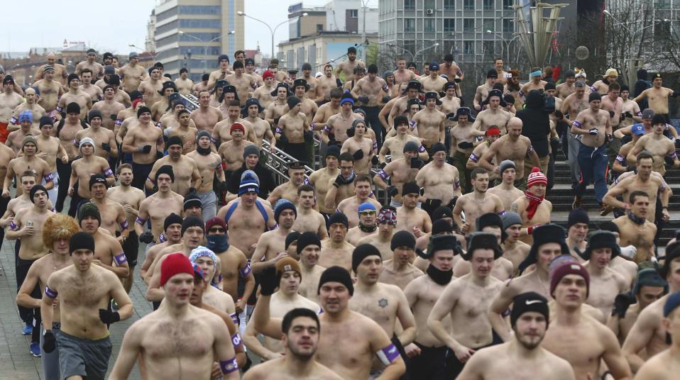 Για πραγματικούς άνδρες. Την ημέρα της Μητέρας Πατρίδας γιορτάζουν στο Minsk της Λευκορωσίας και το κάνουν με έναν ημίγυμνο αγώνα όπου συμμετέχουν μόνο πραγματικοί άνδρες όπως αναφέρει και η διοργάνωση υπό τον τίτλο «Real men's race». REUTERS/Vasily Fedosenko