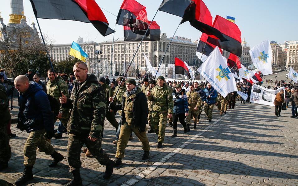 Ουκρανοί πρώην στρατιωτικοί και πολίτες παίρνουν μέρος στην «πορεία των πατριωτών», στο Κίεβο, με αφορμή την τρίτη επέτειο των αιματηρών ταραχών που κατέληξαν στην αποπομπή του προέδρου Γιανουκόβιτς.