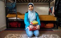 Η Αμαρ με τα βιβλία της στο δωματιάκι όπου μένει με τη μητέρα, τον πατέρα και τον αδερφό της, στο στρατόπεδο «Αρματολού Κόκκινου», έξω από τη Βέροια. Η 17χρονη μιλούσε άπταιστα αγγλικά όταν έφτασε στη χώρα μας και όταν φύγει θα γνωρίζει ήδη τρεις γλώσσες ακόμα.