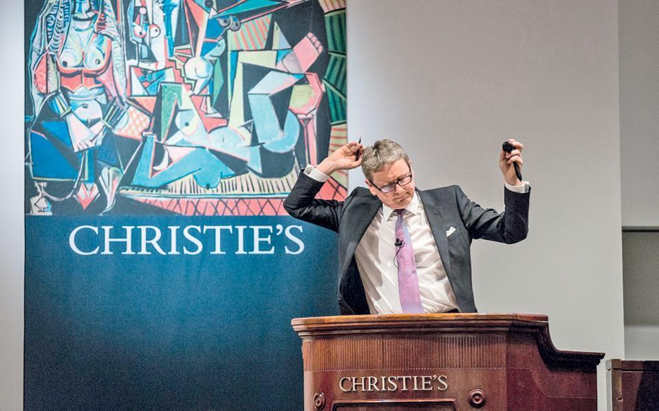 Υπάλληλος του οίκου δημοπρασιών Christie's στη Νέα Υόρκη τον Μάιο του 2015, πριν από την υιοθέτηση αυστηρότερων κανόνων σε ό,τι αφορά την ταυτότητα των πωλητών.