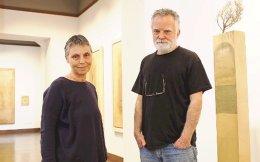Η Ειρήνη Γκόνου και ο Μίλτος Παντελιάς, στην γκαλερί «Ευριπίδης», όπου εγκαινιάζεται αύριο η έκθεση του ζωγράφου.
