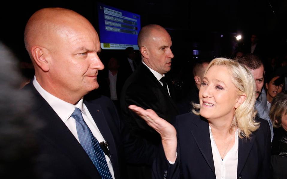 Ο σωματοφύλακας της Μαρίν Λεπέν, Τιερί Λεζιέ, δίπλα στην επικεφαλής του κόμματος τον Δεκέμβριο του 2015.