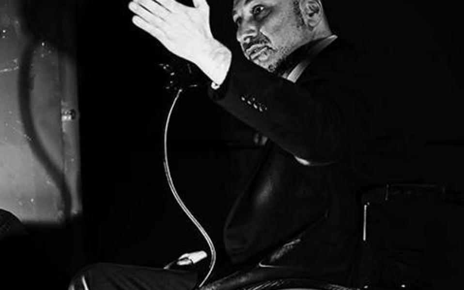 Ο Π. Ζουρνατζίδης είναι ο πρώτος ηθοποιός σε αμαξίδιο που έγινε δεκτός στο ΣΕΗ και παίζει στο «Lebensraum», απ' όπου και η φωτογραφία.