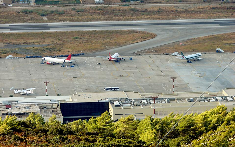 Σύμφωνα με τη σύμβαση παραχώρησης το ΕΚΑΒ είναι ο μοναδικός αρμόδιος κρατικός φορέας για να παρέχει τις κρατικές υπηρεσίες Πρώτων Βοηθειών στα 14 αεροδρόμια και η Fraport Greece υποχρεώνεται να το επιλέξει.
