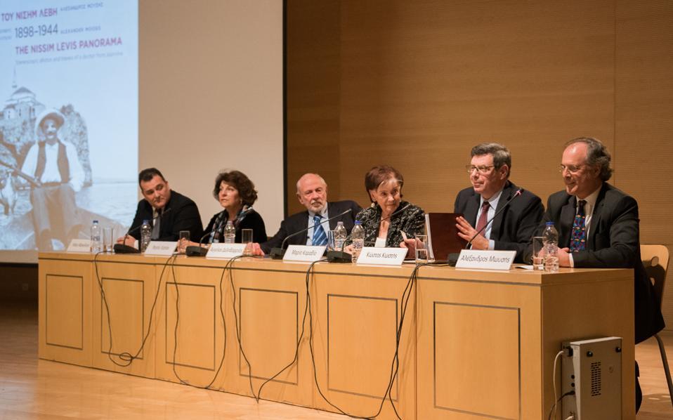 Το πάνελ των ομιλητών από δεξιά: Αλέξανδρος Μωυσής, Κώστας Κωστής, Μαρία Καραβία, Αγγελος Δεληβορριάς, Ραχήλ Καπόν, Ηλίας Μαγκλίνης.