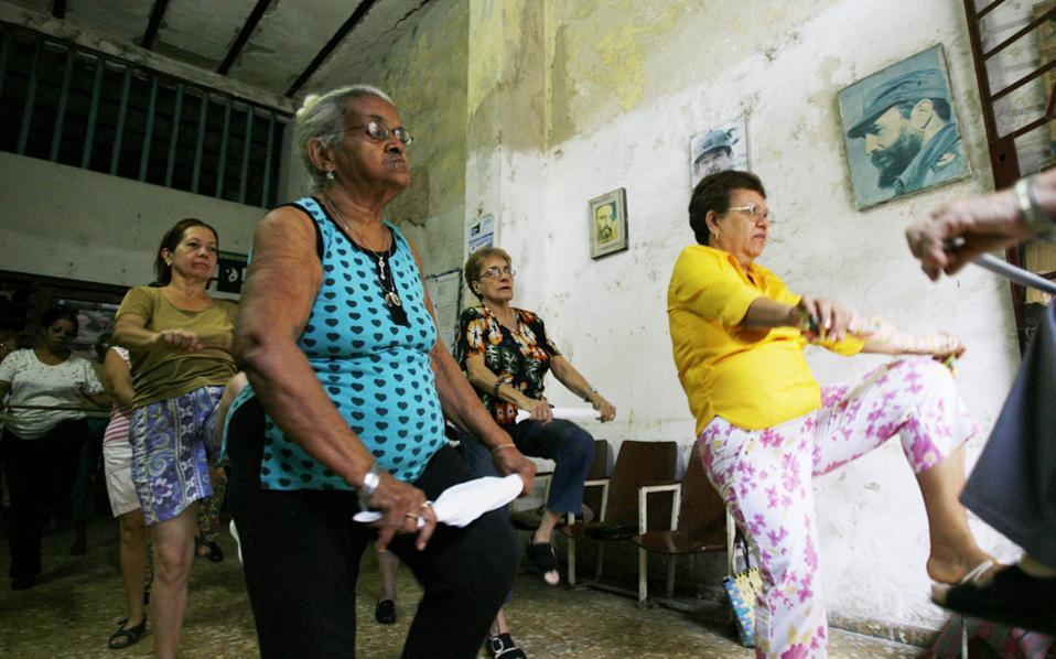 Ιδιαίτερα υψηλό προσδόκιμο ζωής απολαμβάνουν ήδη οι γυναίκες στην Κούβα, χάρη στη δωρεάν περίθαλψη, το ήπιο κλίμα και τον χαλαρό τρόπο ζωής.