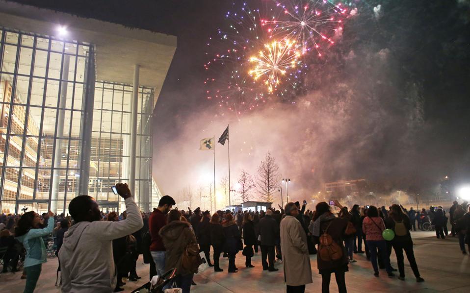 Πυροτεχνήματα έκλεισαν τη μεγάλη γιορτή. Το μήνυμα της συνύπαρξης και της συμμετοχής ήταν η ευχή και η ελπίδα της χθεσινής βραδιάς. Τέχνες, εποχές, στυλ και αισθητική μπολιάζονται σε έναν κοινό χώρο για τέσσερις: την Εθνική Λυρική, την Εθνική Βιβλιοθήκη, το Πάρκο του ΚΠΙΣΝ και, βέβαια, την κοινωνία.