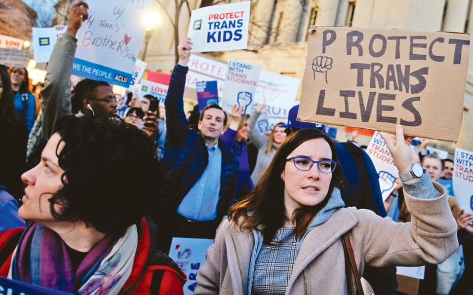 Ακτιβιστές διαδηλώνουν κοντά στον Λευκό Οίκο εναντίον της απόφασης της κυβέρνησης Τραμπ να ακυρώσει τις οδηγίες των προκατόχων της υπέρ των δικαιωμάτων των τρανς στα δημόσια σχολεία.
