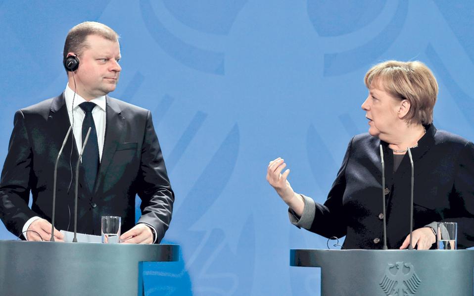 Η Γερμανίδα καγκελάριος Μέρκελ και ο Λιθουανός πρωθυπουργός Σκβερνέλις, χθες, στο Βερολίνο.