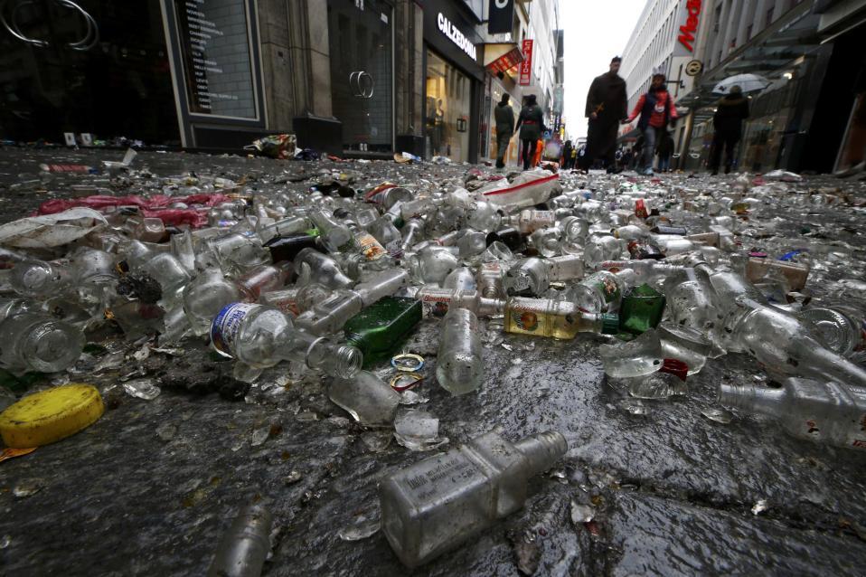 Μεθυσμένα καρναβάλια. Αδεια σπασμένα μπουκάλια αλκοόλ είναι ότι αφήσαν πίσω τους οι συμμετέχοντες στο  Weiberfastnacht της Κολονίας. «Το καρναβάλι των γυναικών» σηματοδοτεί την έναρξη των καρναβαλικών εκδηλώσεων στην περιοχή. REUTERS/Wolfgang Rattay