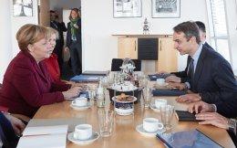 Ο κ. Μητσοτάκης μίλησε στην Αγκελα Μέρκελ για το δικό του σχέδιο για τη φύλαξη των ελληνικών συνόρων, ενώ επανέλαβε ενώπιον του Βόλφγκανγκ Σόιμπλε την πρότασή του για χαμηλότερα πρωτογενή πλεονάσματα.