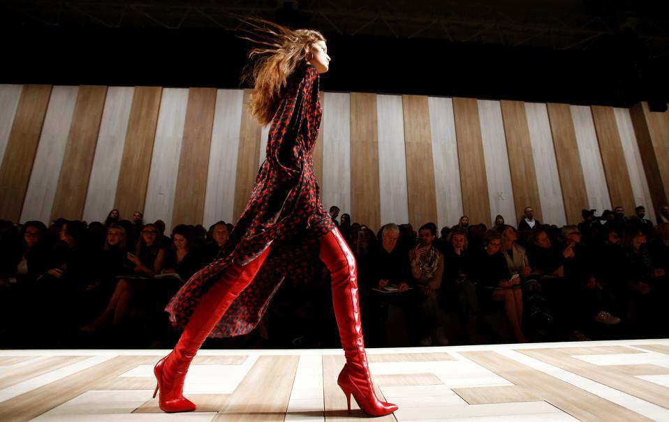 Βήμα ταχύ. Ολα τα διάσημα μοντέλα αλλά και τα άλλα, τα πανέμορφα αλλά όχι τόσο γνωστά, ήταν εκεί και παρουσίασαν την νέα κολεξιόν του οίκου Fendi στην εβδομάδα μόδας του Μιλάνου. REUTERS/Alessandro Garofalo