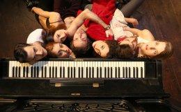 Ο Νίκος Διαμαντής σκηνοθέτησε μια παράσταση «με τα πρόσωπα, πλέον, να παίρνουν τον χαρακτήρα φασμάτων».