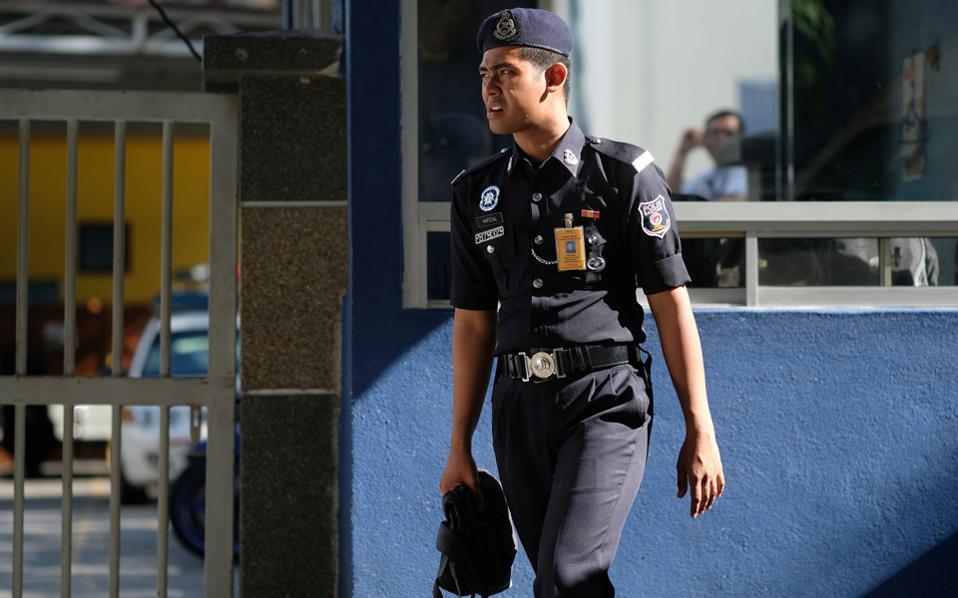 Αστυνομικός έξω από το νεκροτομείο στο οποίο φυλάσσεται η σορός του Κιμ Γιονγκ Ναμ