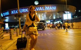 Τα τουριστικά έσοδα της Τουρκίας το 2016 μειώθηκαν στα 15 δισ. ευρώ από 23,9 δισ. πέρυσι, ενώ αρνητικά επέδρασαν και η ένταση μεταξύ Αγκυρας και Μόσχας και η μεγάλη αναταραχή μετά την απόπειρα πραξικοπήματος το βράδυ της 15ης Ιουλίου 2016.