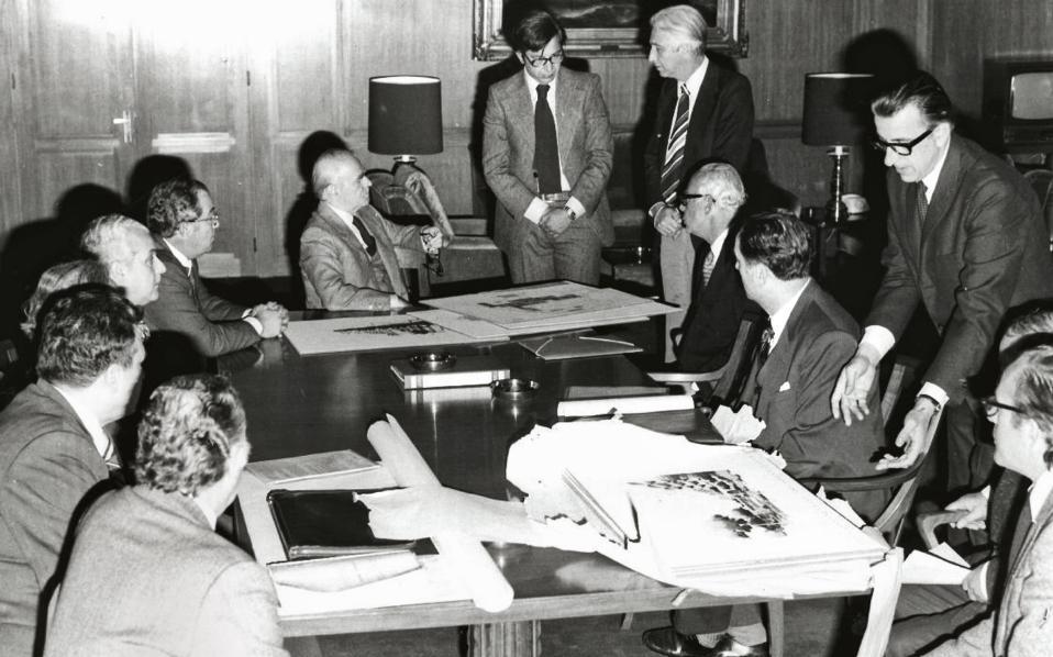 Σύσκεψη υπό την προεδρία του τότε πρωθυπουργού Κωνσταντίνου Καραμανλή για την πρόοδο των εργασιών, στα τέλη της δεκαετίας του '50.