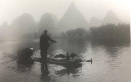 Ενας Κινέζος ψαράς στο Γκουιλίν της Κίνας και ο κορμοράνος σε ρόλο βοηθού...
