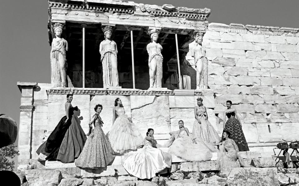 Οκτώ μοντέλα φορούν δημιουργίες του Κριστιάν Ντιόρ που «κυματίζουν» κάτω από τις Καρυάτιδες στο Ερέχθειο, τον Δεκέμβριο του 1951.