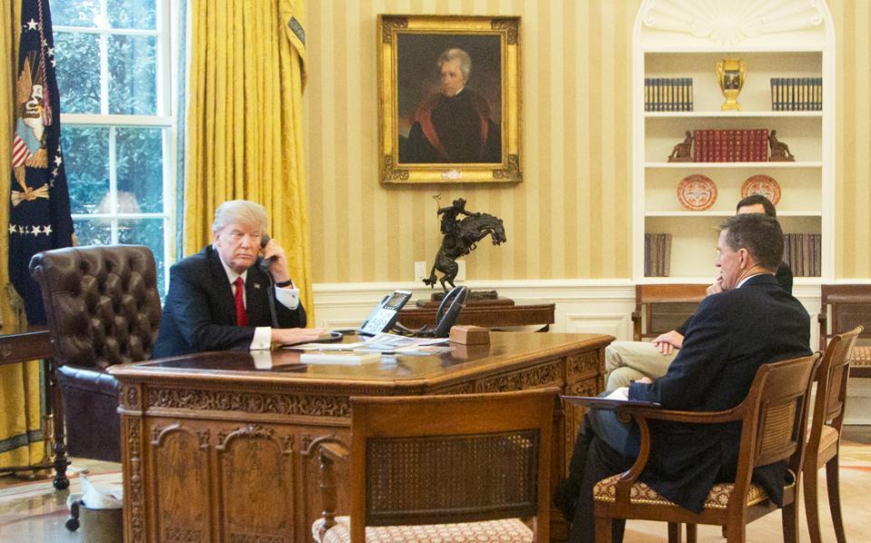 Ο Ντόναλντ Τραμπ στο Οβάλ Γραφείο του Λευκού Οίκου με τον παραιτηθέντα σύμβουλο Εθνικής Ασφαλείας, Μάικλ Φλιν. Στον τοίχο το πορτρέτο του προέδρου Αντριου Τζάκσον.