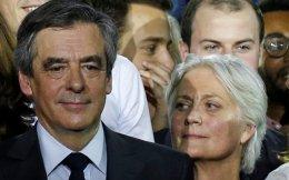 Ο Φρανσουά Φιγιόν και η σύζυγός του Πενέλοπι, κατά την προεκλογική εκστρατεία. Μετά το σκάνδαλο που ξέσπασε, ακόμη και στελέχη του κόμματός του θεωρούν ότι το καλύτερο θα ήταν να αποσυρθεί.