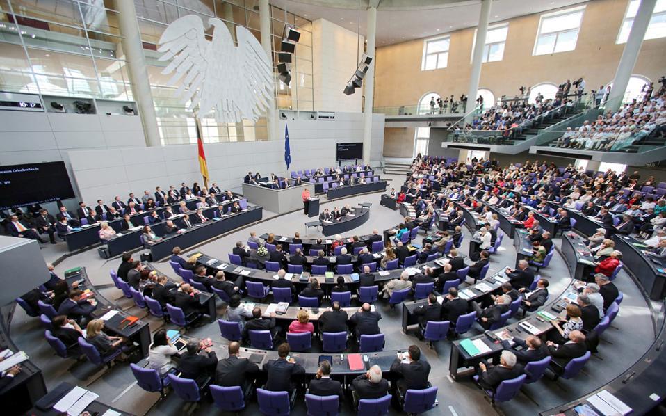 «Κανένα από τα κόμματα του κυβερνητικού συνασπισμού (στη Γερμανία) δεν συμφέρει η ανακίνηση του ελληνικού ζητήματος», λέει ο Pawel Tokarski του γερμανικού SWP, αφού όλες οι εναλλακτικές προκαλούν αρνητικά αντανακλαστικά στη γερμανική κοινή γνώμη.