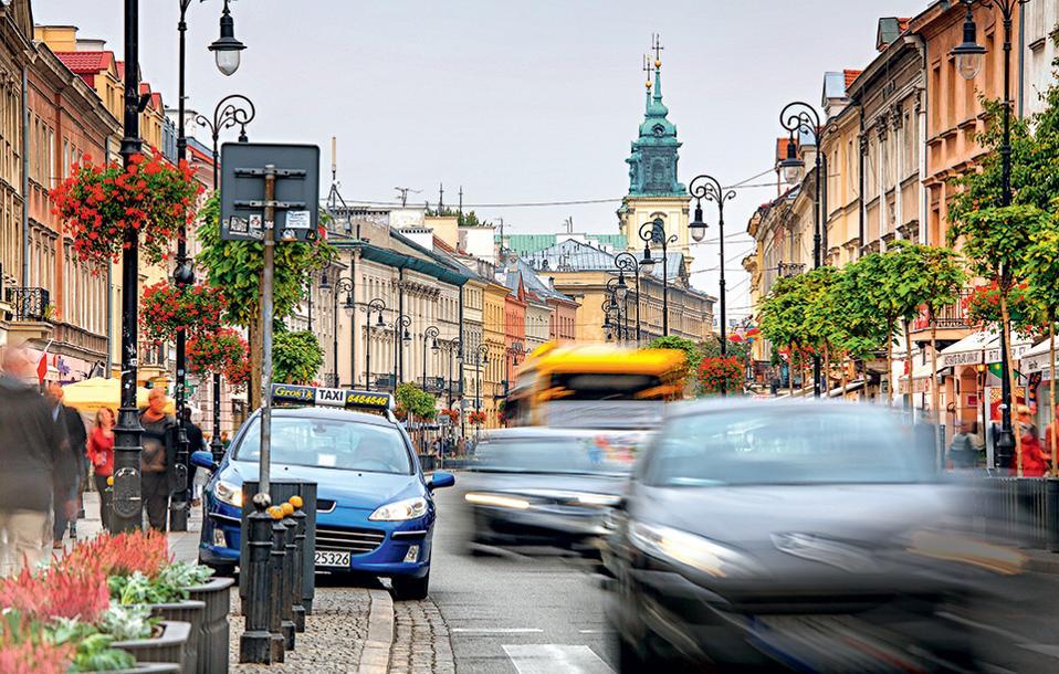 Η Nowy Swiat αποτελεί τον άξονα που συνδέει το κέντρο της σύγχρονης Βαρσοβίας με το παλιό ιστορικό κέντρο της πόλης. (Φωτογραφία: GETTY IMAGES/IDEAL IMAGE)