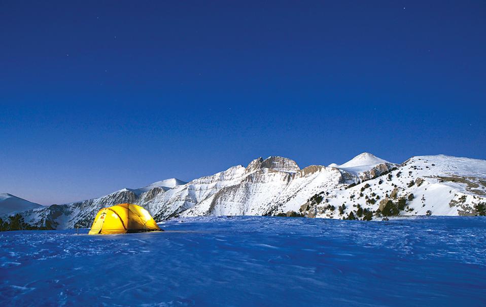 Πρωινό ξύπνημα με φόντο το παγωμένο Στεφάνι, στο οροπέδιο της κορυφής Σκούρτα (2.483 μ.). (Φωτογραφία: ΜΠΑΜΠΗΣ ΓΚΙΡΙΤΖΙΩΤΗΣ)