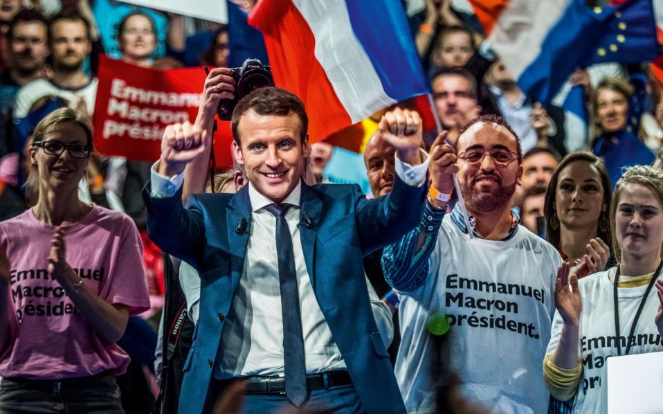 Ο Εμανουέλ Μακρόν στο φινάλε της εκστρατείας του στο γήπεδο της Λυών.