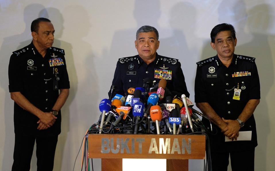 Αξιωματικοί της μαλαισιανής αστυνομίας κατά τη διάρκεια συνέντευξης τύπου σχετικά με τις έρευνες για τη δολοφονία του Κιμ Γιονγκ Ναμ στην Κουάλα Λουμπούρ